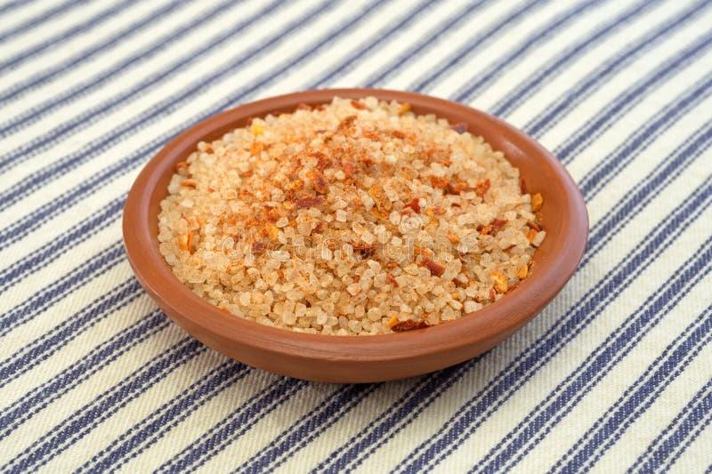 O prato pequeno encheu-se com o sal, a pimenta de pimentão vermelho e a paprika imagens de stock