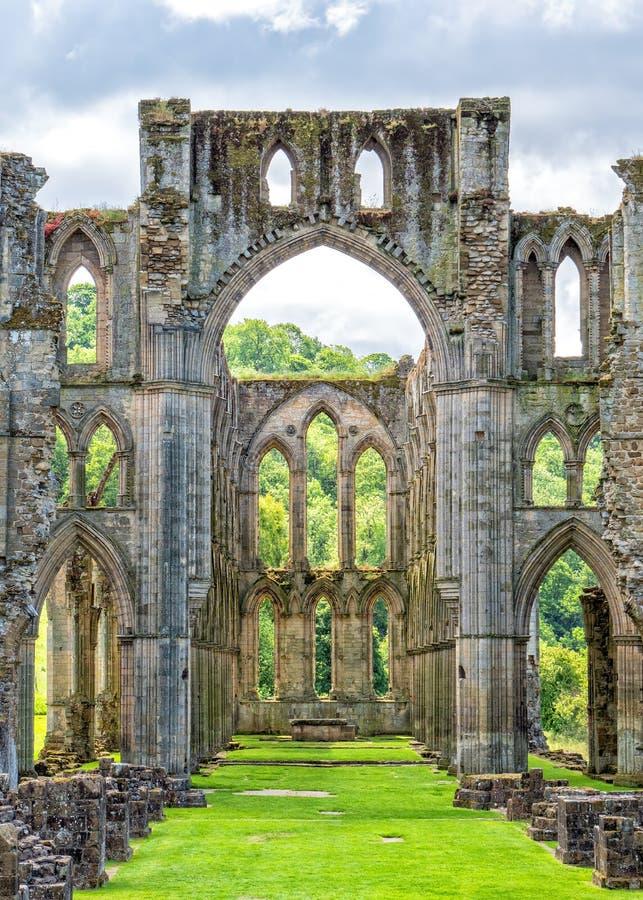 O presbitério na abadia de Rievaulx em Yorkshire, Inglaterra imagens de stock