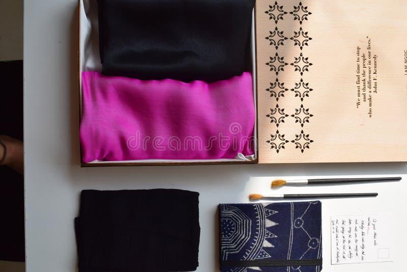O presente ajustou-se para o dia do professor da seda cor-de-rosa - seda de Vietname foto de stock