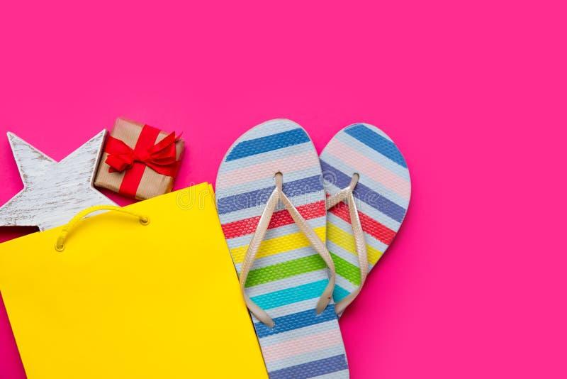 O presente bonito e a estrela deram forma ao brinquedo no saco de compras amarelo bonito a imagens de stock royalty free