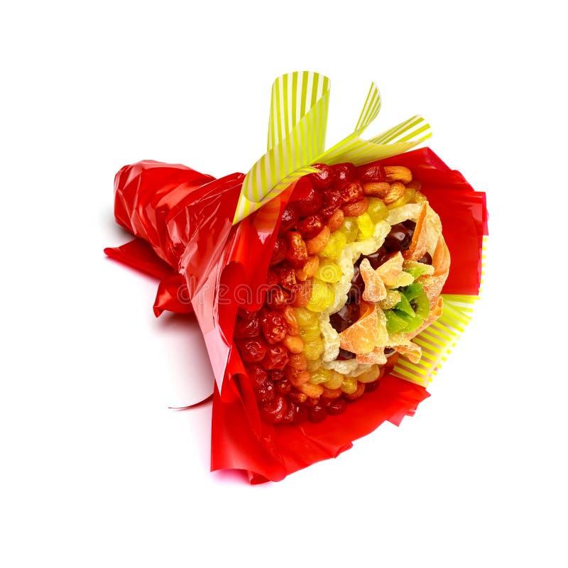 O presente brilhante sob a forma de consistir do ramalhete secou os frutos coloridos isolados no fundo branco imagens de stock