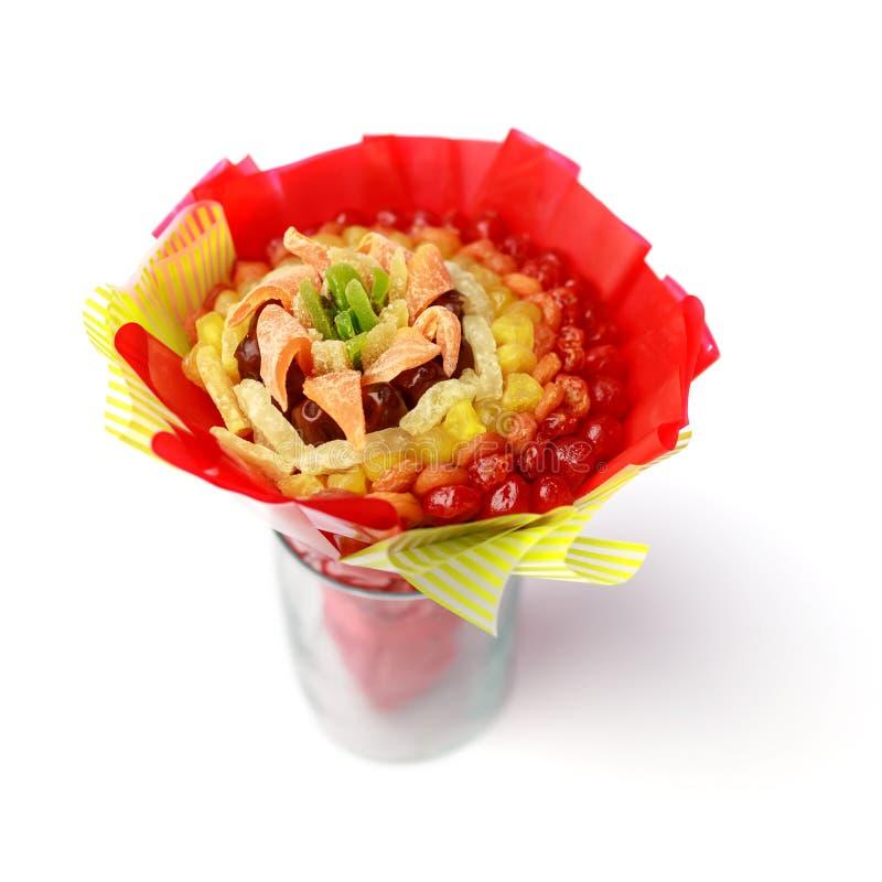 O presente brilhante sob a forma de consistir do ramalhete secou os frutos coloridos isolados no fundo branco fotografia de stock royalty free