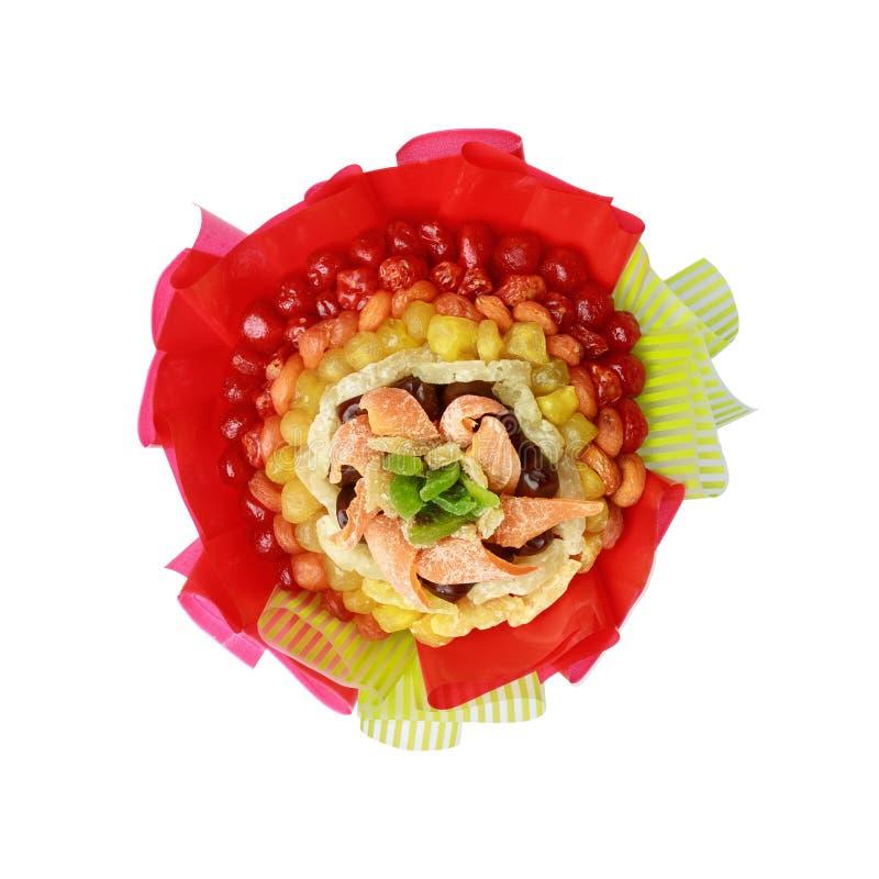 O presente brilhante sob a forma de consistir do ramalhete secou os frutos coloridos isolados no fundo branco imagens de stock royalty free