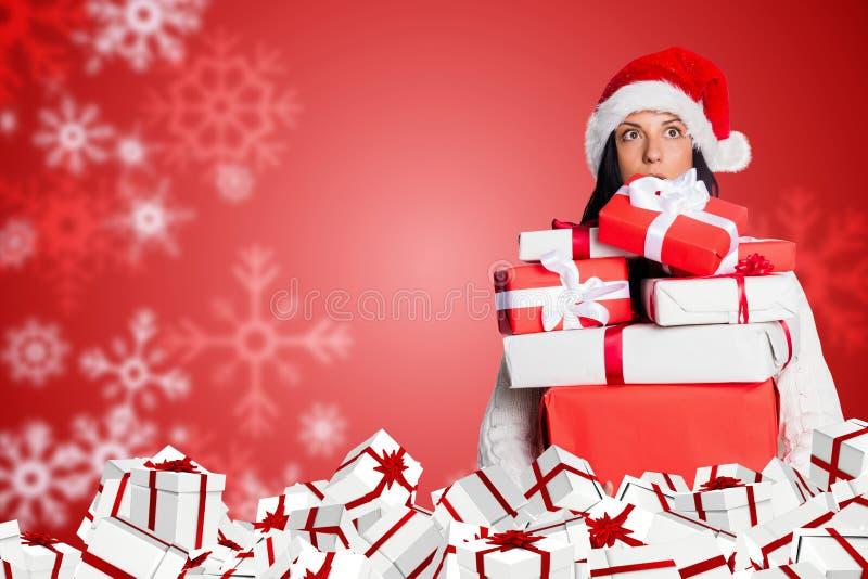 O presente da posse da mulher no vermelho e o White Christmas projetam foto de stock royalty free