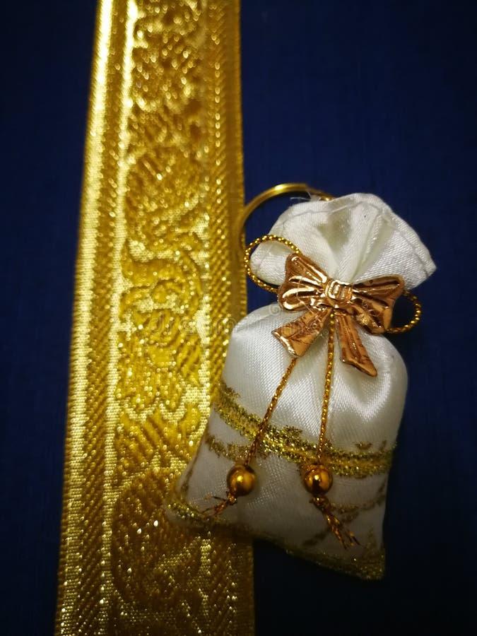 O presente de casamento é um saco dourado colocado em uma caixa de prata ouro-colorida fotos de stock