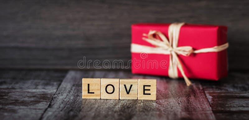 Download O Presente Na Caixa Vermelha E A Palavra Amam, Alinhado Com Blocos De Madeira, Na Dinamarca Imagem de Stock - Imagem de inscription, amor: 107525235