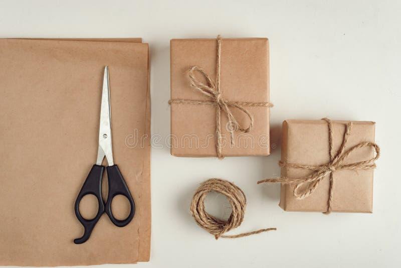 O presente, uma surpresa na caixa é embalado no papel marrom do vintage imagens de stock