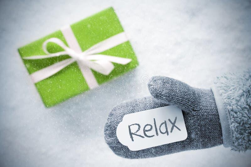 O presente verde, luva, texto relaxa, flocos de neve foto de stock royalty free