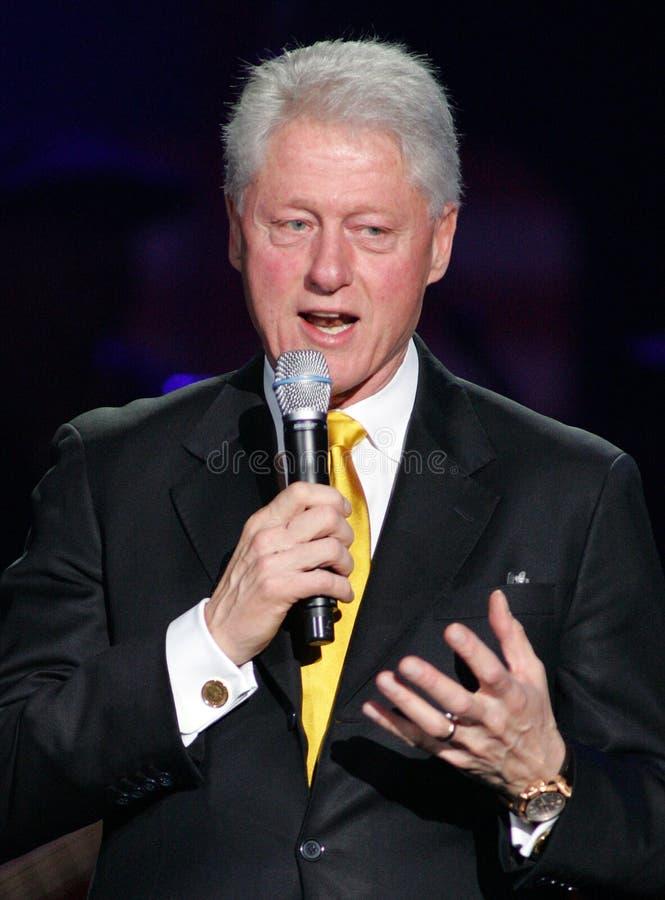O presidente Bill Clinton fala no SOS que salvar teleton foto de stock