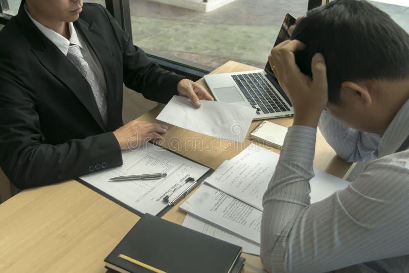 O presidente da empresa demitiu um empregado porque o empregado violou a empresa muito seriamente imagens de stock royalty free