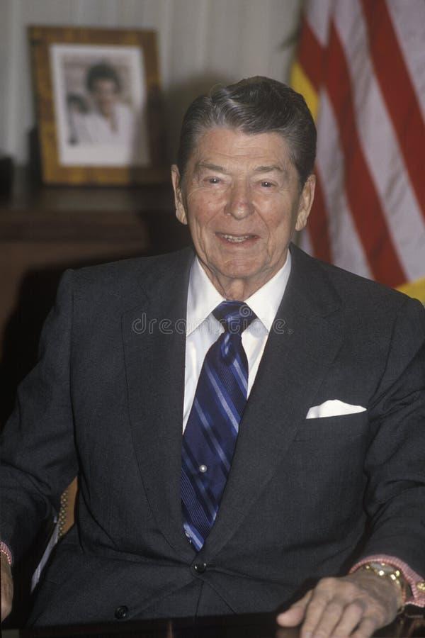 O presidente Reagan apresenta uma introdução para Horatio Alger Association imagens de stock