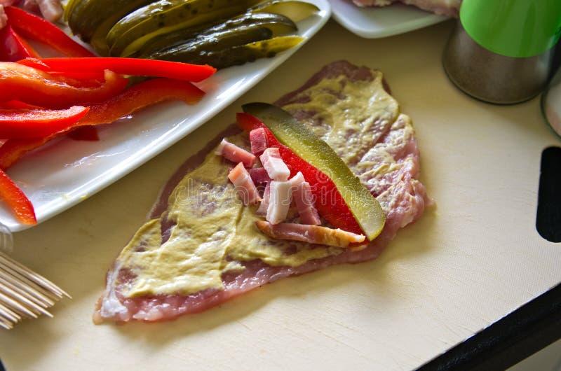 O presunto da carne de porco rola com pepino, paprika, caseiro fotografia de stock royalty free