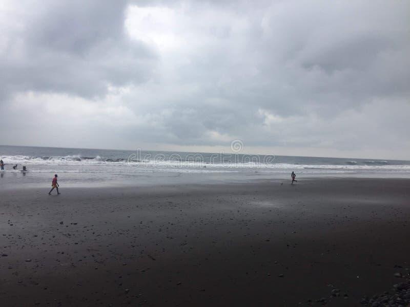 O preto envia a praia fotografia de stock