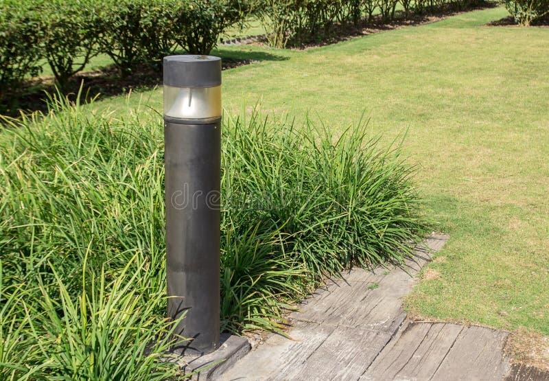 O preto metals o cargo da lâmpada no parque foto de stock
