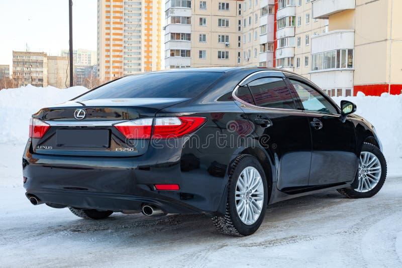 O preto superior japonês Lexus es 250 do sedan do carro luxuoso é exposto na rua na neve no parque de estacionamento de um conces imagem de stock royalty free