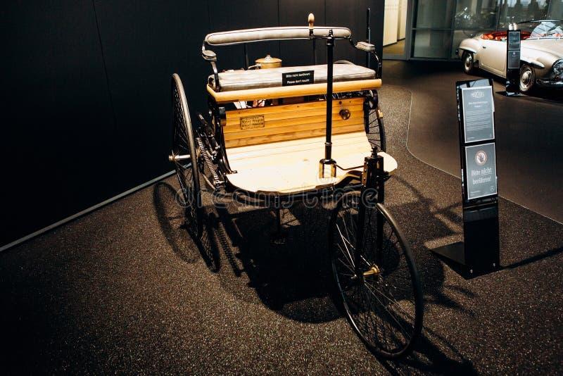 O primeiro carro europeu da gasolina é apresentado na exposição no negócio oficial de Mercedes-Benz em Berlim fotografia de stock royalty free