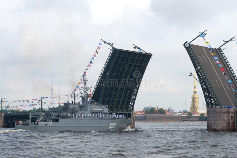 O primeiro dragador de minas do ` de Alexander Obukhov do ` do projeto 12700 da nova geração aproxima a ponte divorciada do palác imagem de stock royalty free
