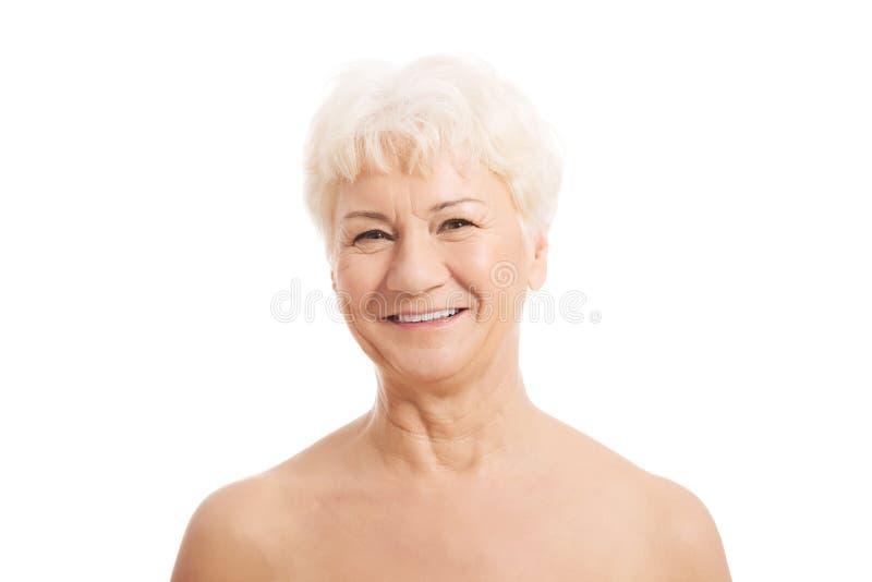 O principal e os ombros de uma mulher idosa do nude. fotos de stock