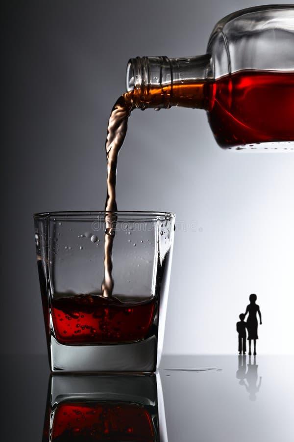 O problema do alcoolismo na família fotografia de stock