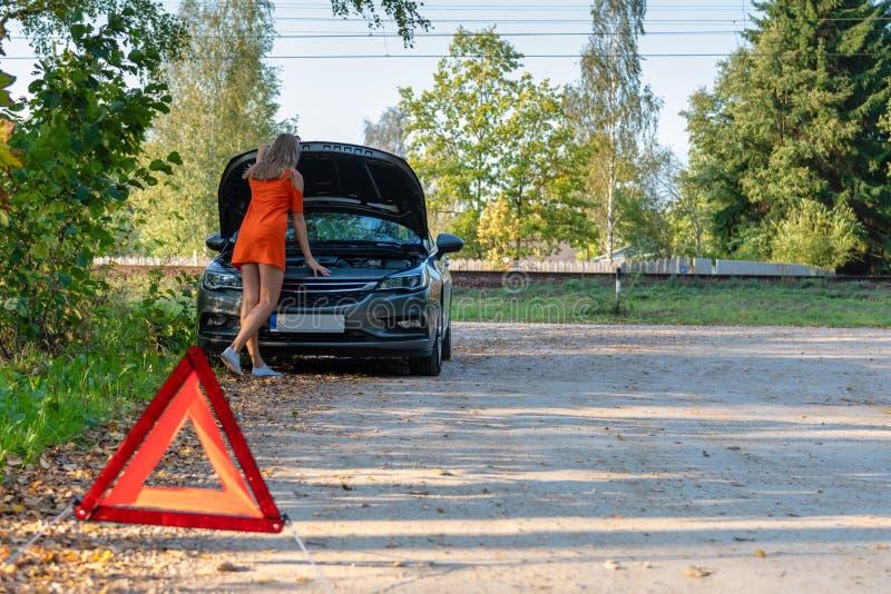 O problema do carro, mulheres é forçado com carro quebrado, sobre carro quebrado Foco seletivo imagens de stock