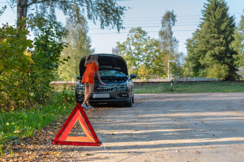 O problema do carro, mulheres é forçado com carro quebrado, sobre carro quebrado Foco seletivo imagem de stock