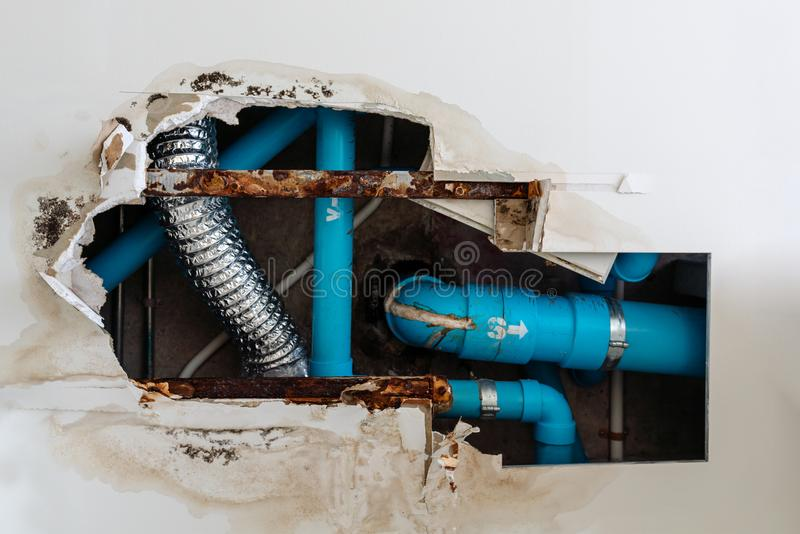 O problema residencial home, teto de dano no toalete, água escapa para fora do sistema tranquilo waste faz o teto danificado fotografia de stock