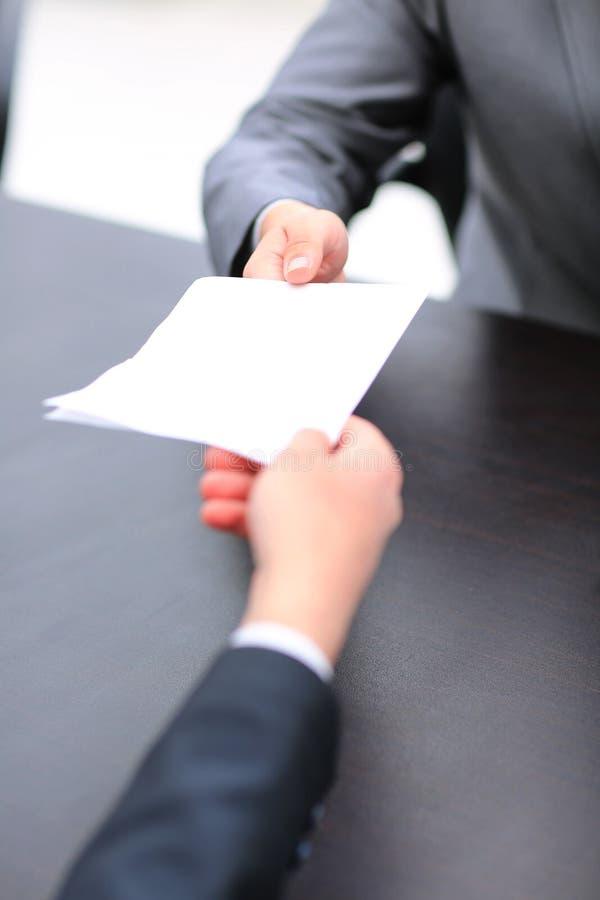 O processo de assinar originais Homem de negócios que dá a seu coll imagem de stock royalty free