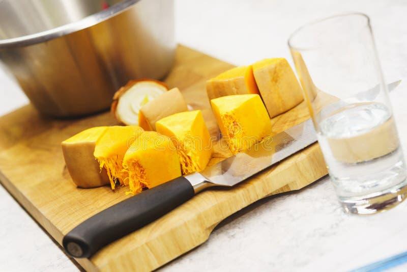 O processo de cozinhar a abóbora para cozer Partes de abóbora em uma placa de madeira foto de stock royalty free