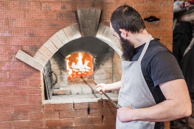 O processo de cozinhar o forno do cozimento no campo imagem de stock