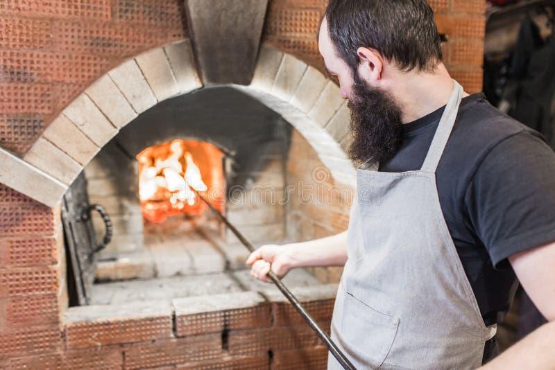 O processo de cozinhar o forno do cozimento no campo foto de stock