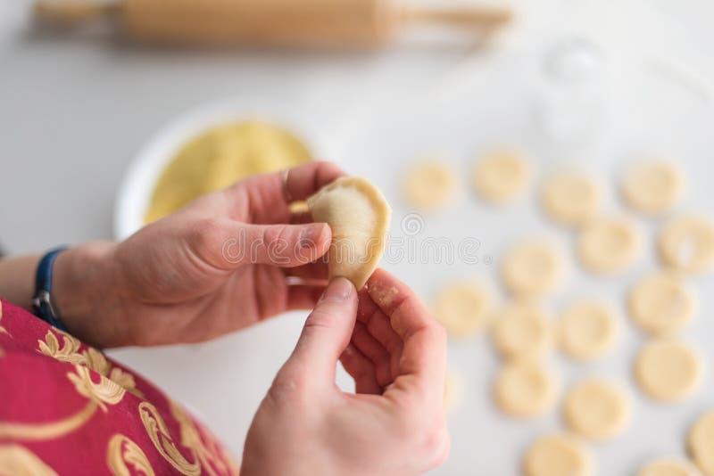 O processo de fazer bolinhas de massa home jogo ucrânia fotografia de stock