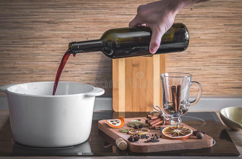 O processo de fazer o vinho ferventado com especiarias imagens de stock