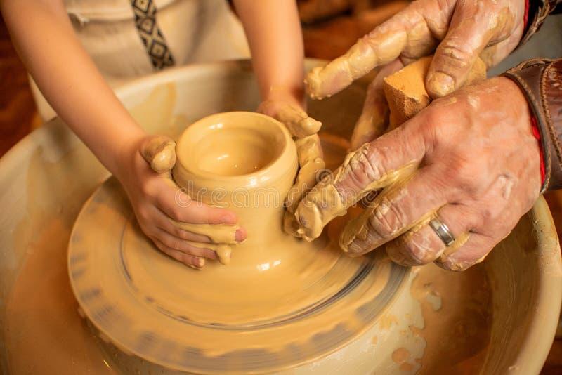 O processo de fazer pratos da argila foto de stock