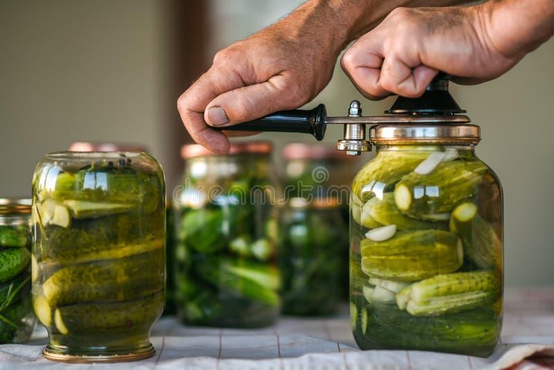 O processo de fechar os pepinos salgados, preparação para o período do inverno ucrânia imagens de stock royalty free