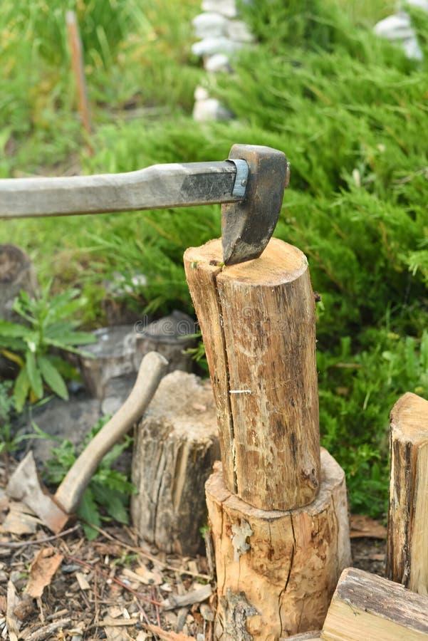 O processo de madeira do corte com um talhador Machado no log imagem de stock royalty free
