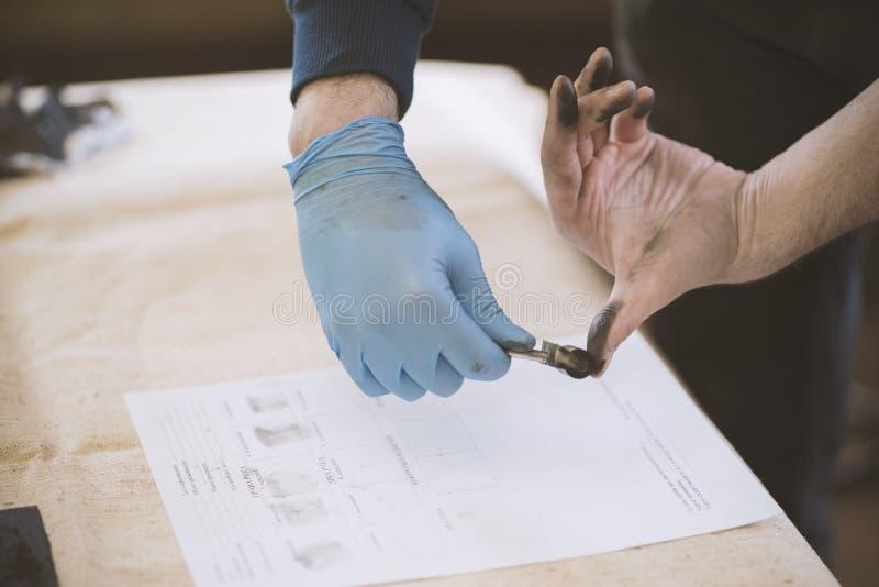 O processo de obter amostras de mãos das impressões digitais para o estudo mais adicional fotos de stock
