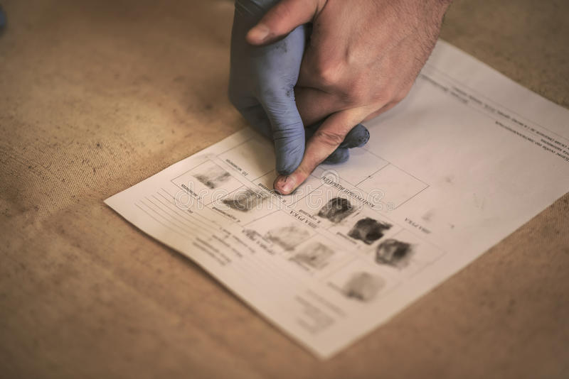 O processo de obter amostras de mãos das impressões digitais para o estudo mais adicional foto de stock royalty free