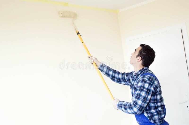 O processo de pintar as paredes na sala fotografia de stock