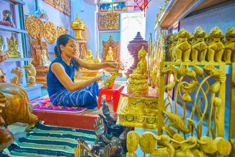 O processo de produção de esculturas religiosas, Mandalay, Myanma fotos de stock royalty free