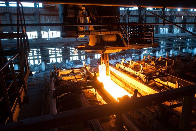 O processo de produção no moinho de rolamento fotografia de stock