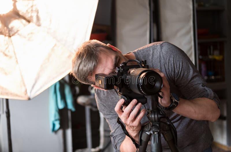 O processo de tiro da foto no estúdio fotos de stock