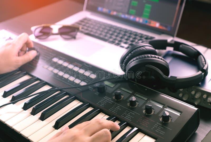 O produtor da música está gravando a música imagens de stock