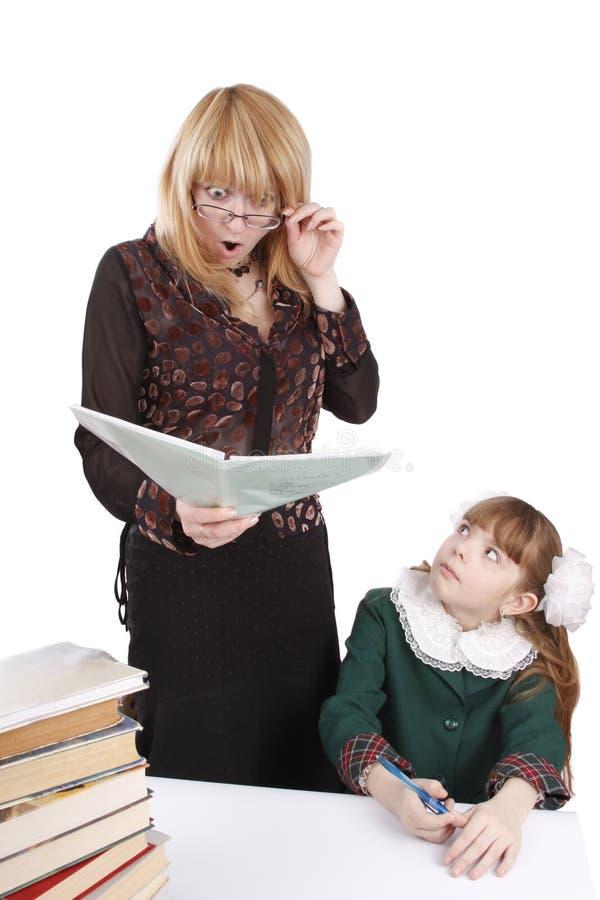 O professor é choc em trabalhos de casa da estudante. foto de stock royalty free