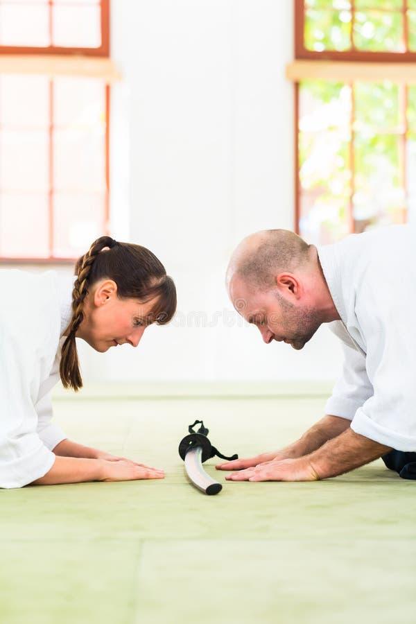 O professor e o estudante de artes marciais do Aikido tomam uma curva imagem de stock