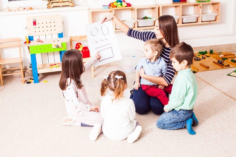 O professor ensina a crianças figuras diferentes fotografia de stock