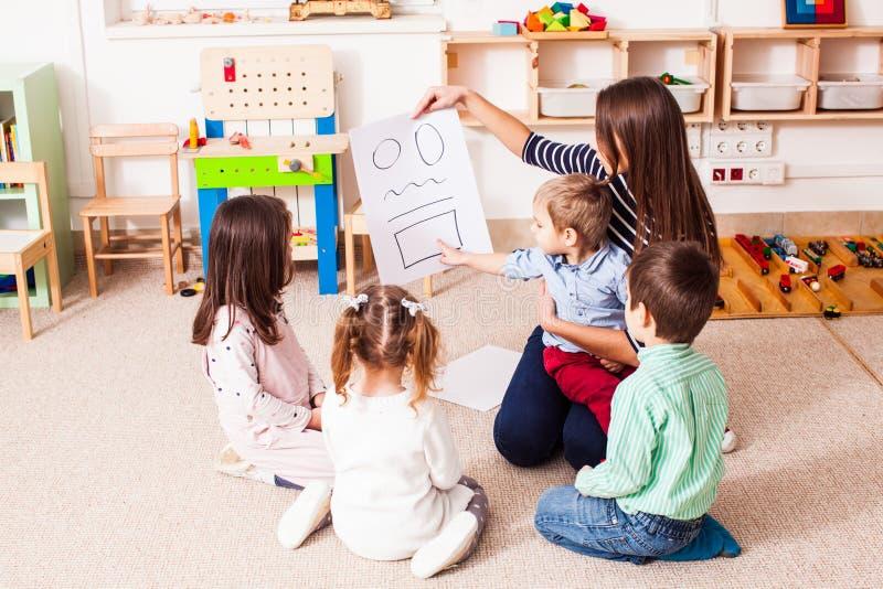 O professor ensina a crianças figuras diferentes fotografia de stock royalty free