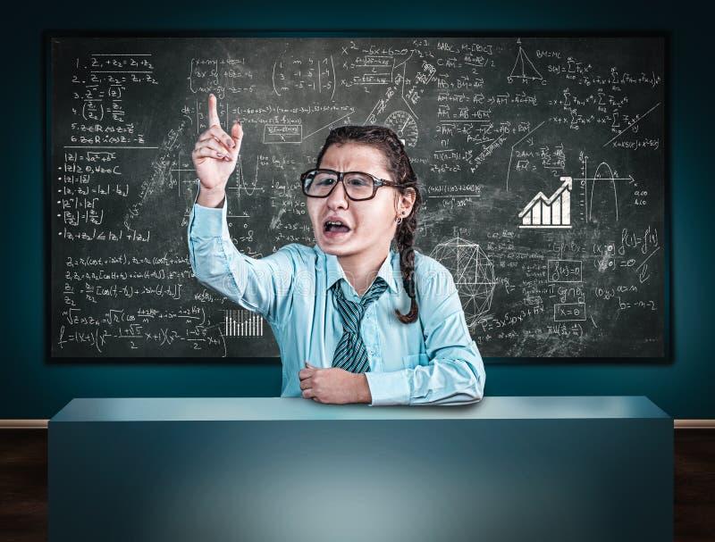 O professor explica fórmulas da matemática no cloassroom fotografia de stock