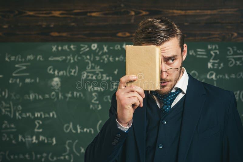 O professor insiste na necessidade de memorizar a informação Você deve recordar Vestuário formal do professor e olhares dos vidro fotografia de stock