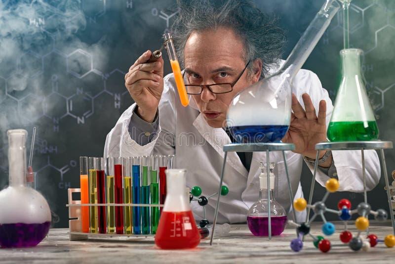 O professor maluco da experiência da química executou imagens de stock royalty free