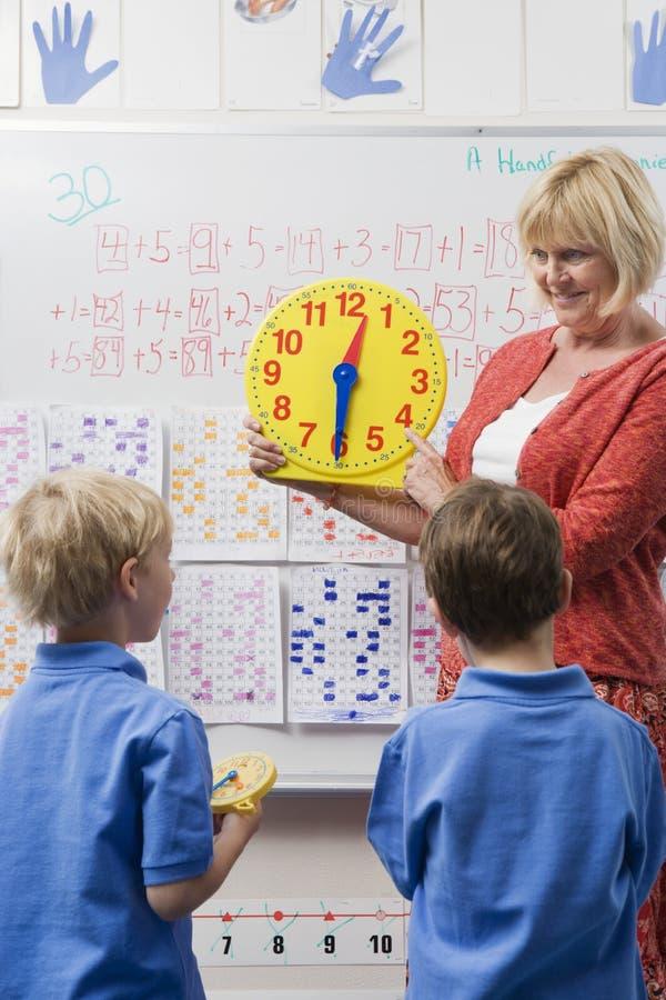 O professor Teaching Kids To diz o tempo fotografia de stock royalty free